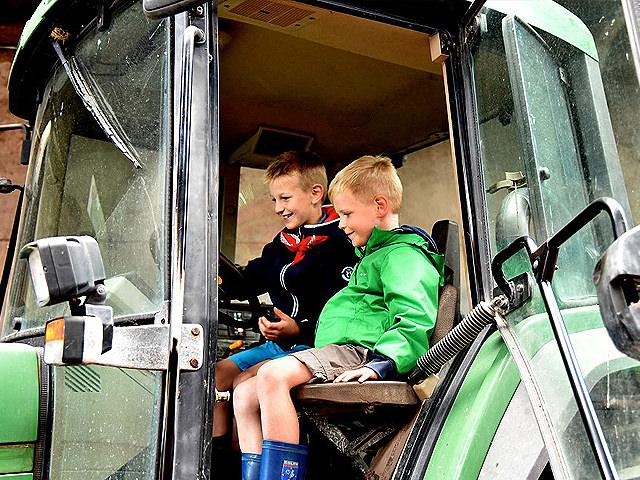 Met boer Bart op de traktor