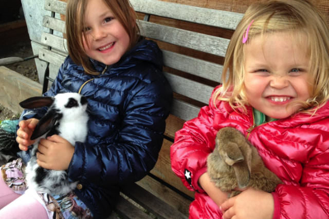 Kinderen met konijntjes